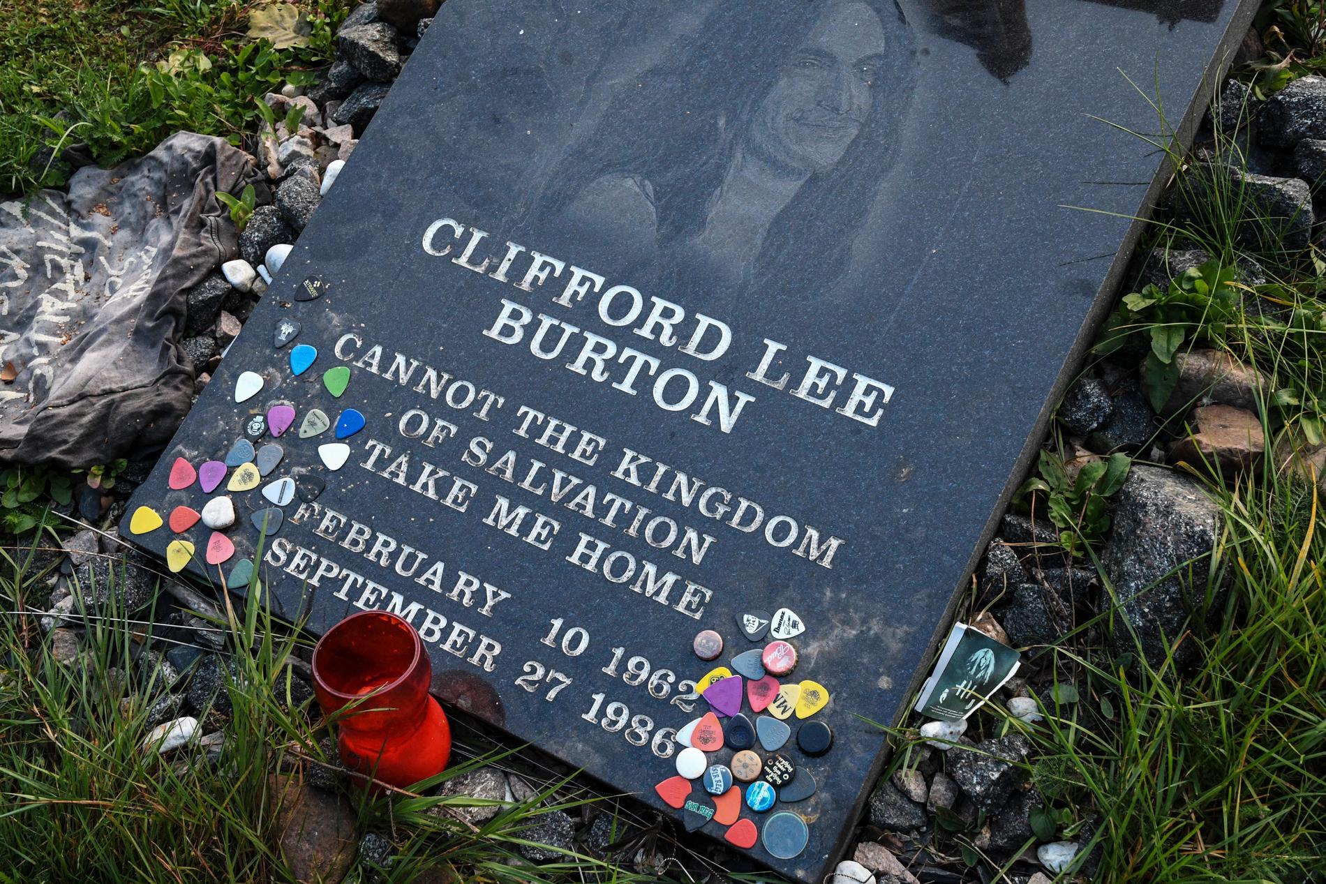 Minnesstenen över Cliff Burton i småländska Dörarp. Arkivbild.