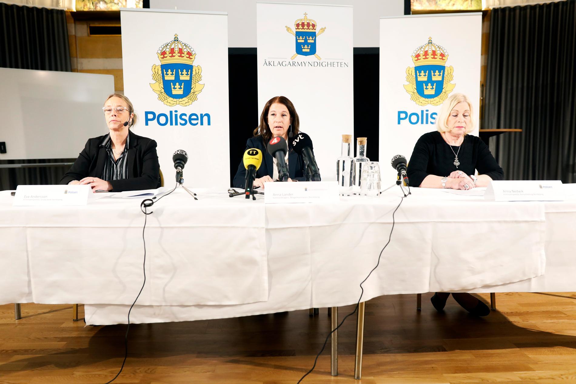 Eva Andersson, kriminalinspektör på grova brott, Anna Lander, kammaråklagare, samt kriminalinspektör Anna Nedwik, vid dagens pressträff i Norrköping.