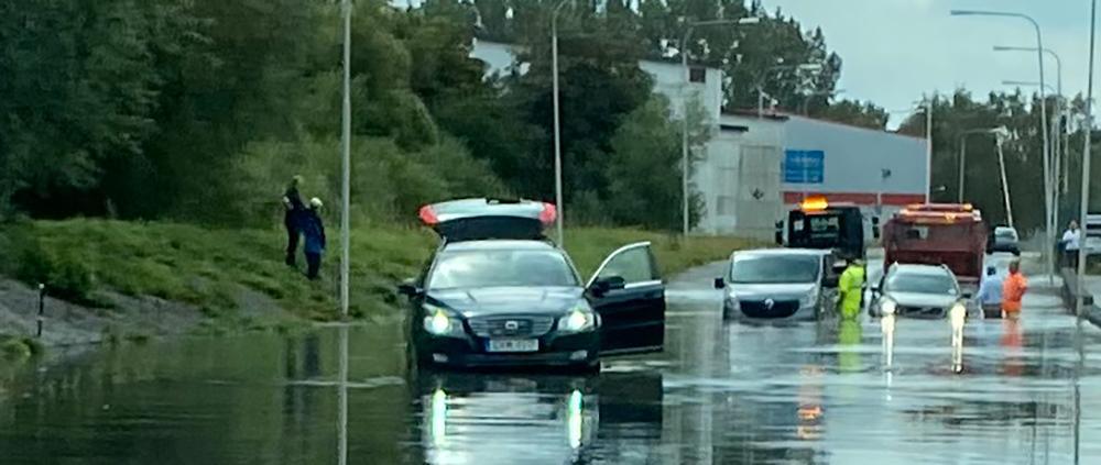 Tre bilar fast i vattenmassor i Kristianstad.