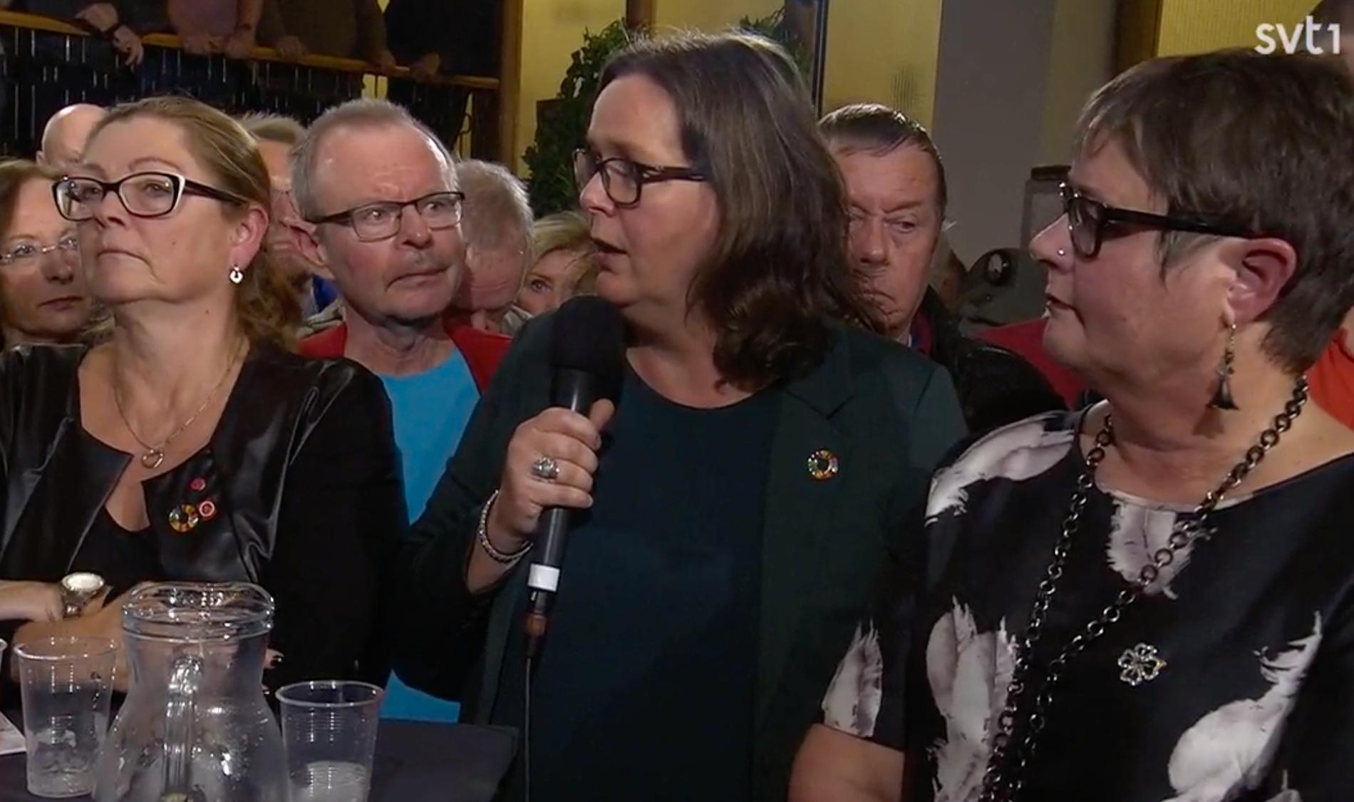 Flera politiker och en stor samling medborgare deltog i kvällens Opinion Live.