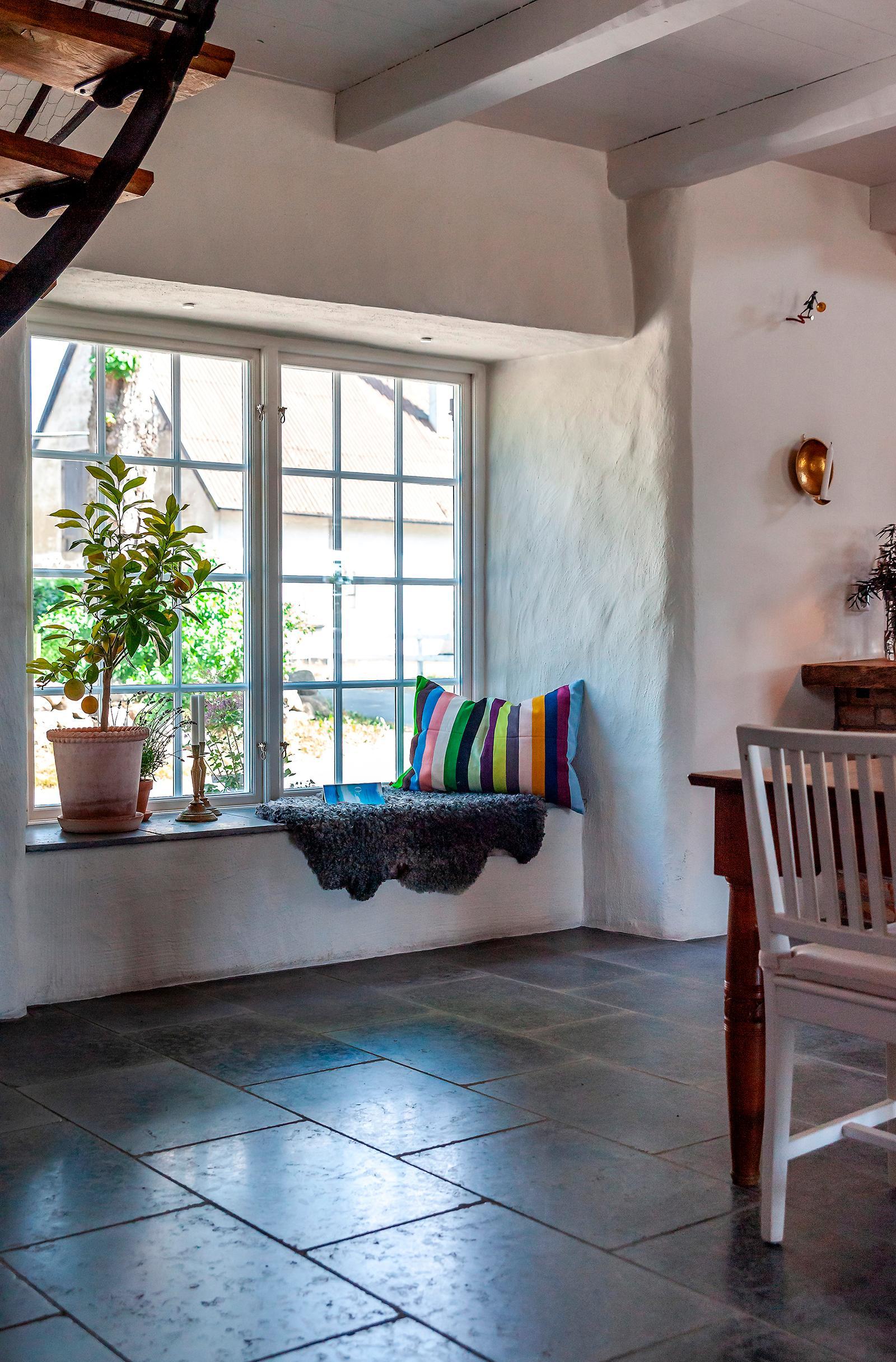 Den djupa fönsternischen fungerar även som sittplats.