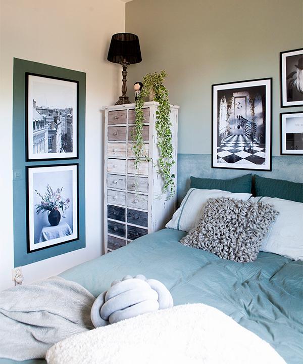 Ombonat i sovrummet. Fluffig kudde från Mogihome, rustik byrå från Chili, örngott och påslakan från Alva. Prints från Postersto - re och Desenio. Sänggaveln är målad.