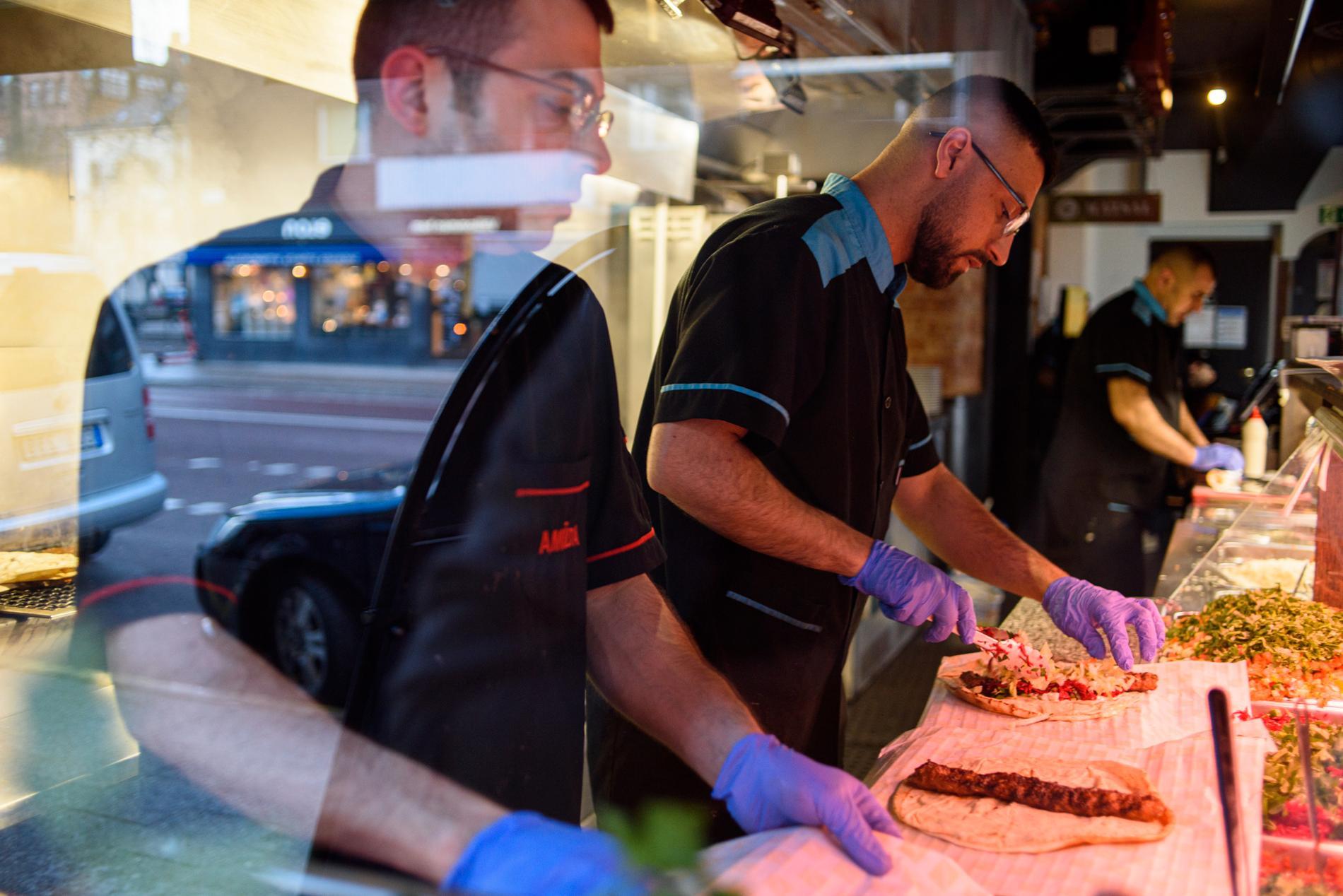 Några av Amidas typiska maträtter är Adana kebab, falafel Al-Petra och mix grill.