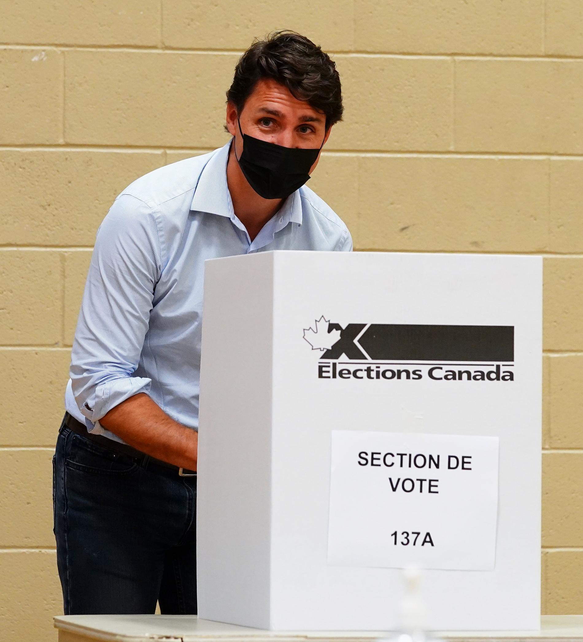Trudeau lägger sin röst.