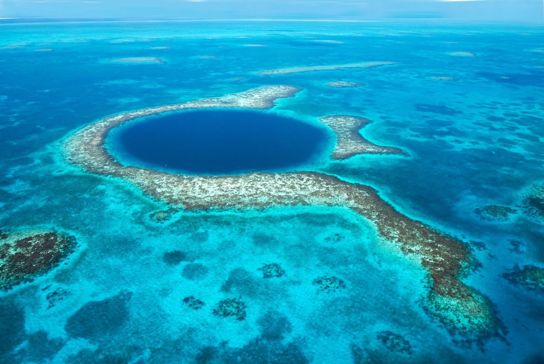 The great blue hole lockar både dykare och snorklare.