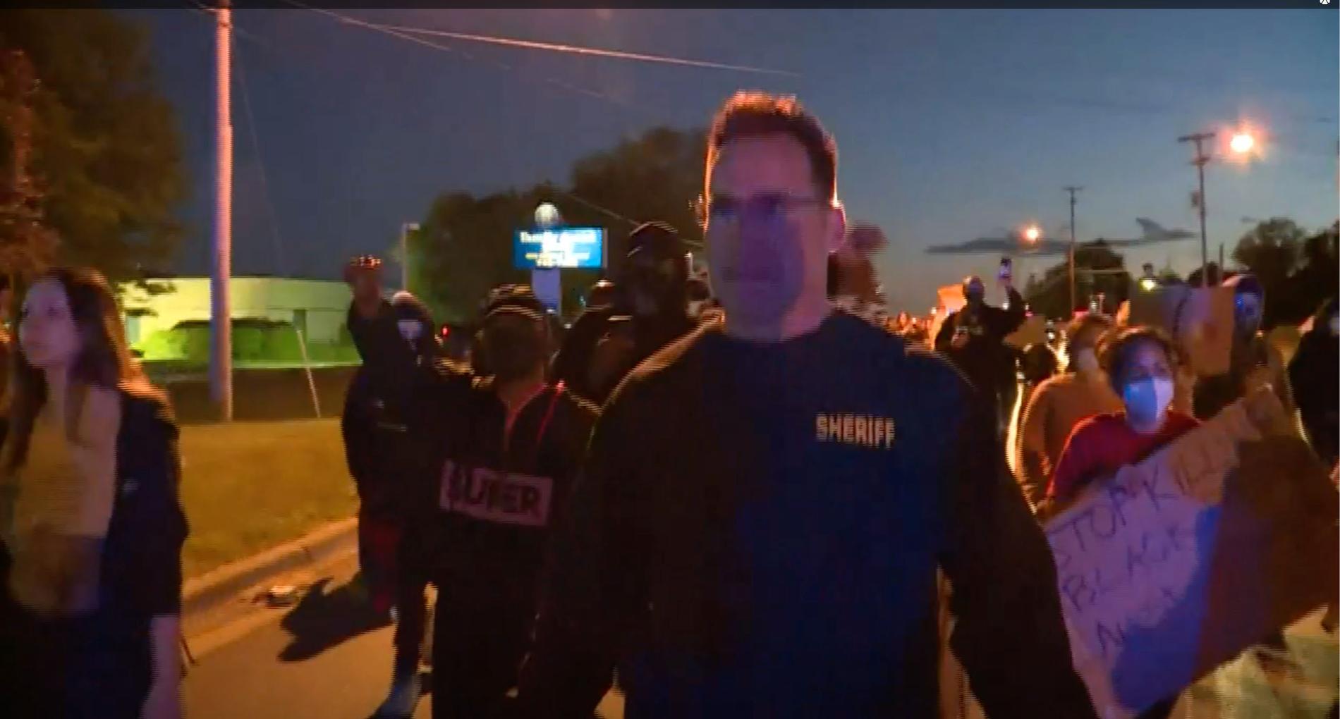 Sheriffen Christopher Swanson gick med i demonstrationståget.
