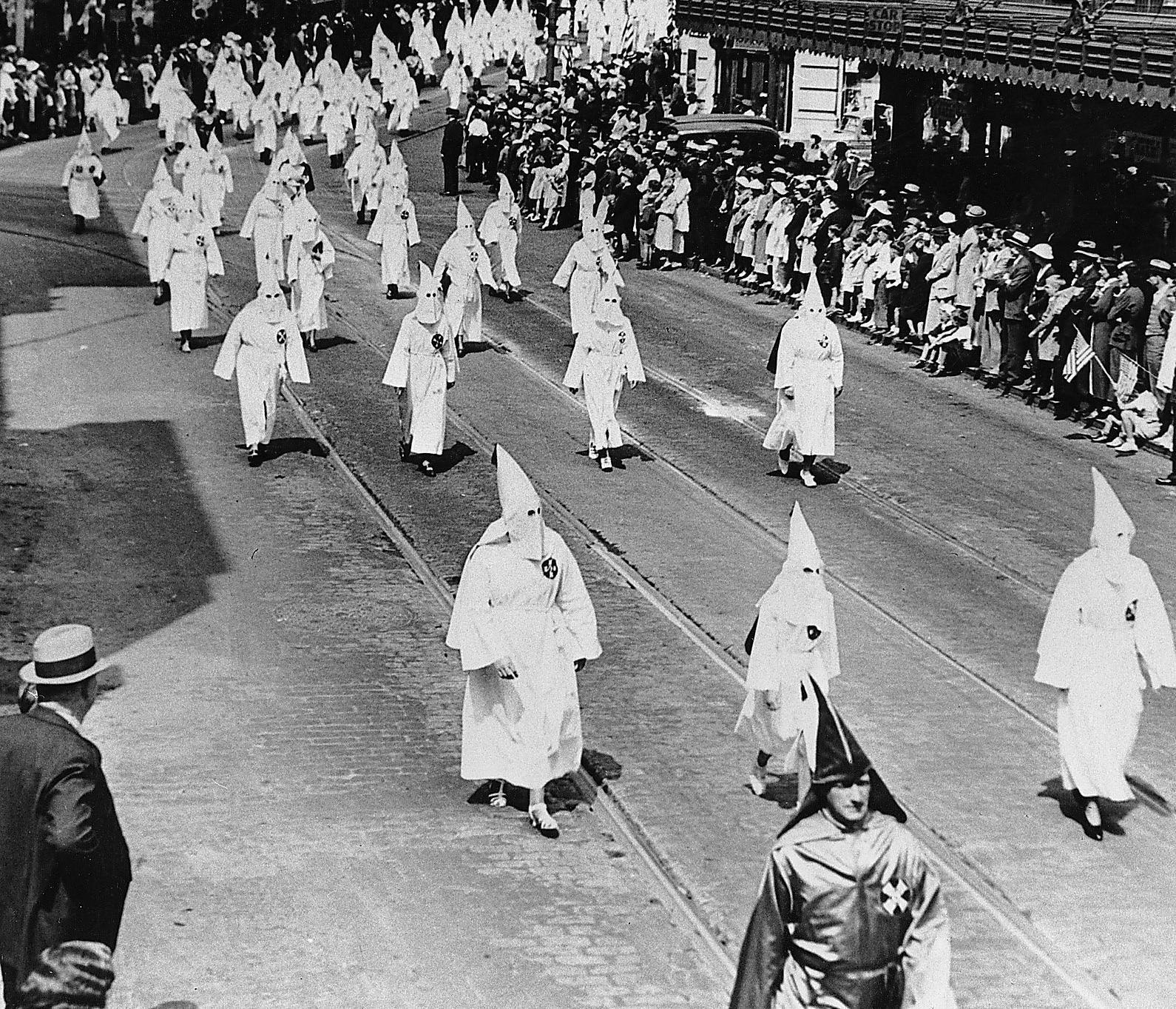 Hundratals kvinnor i Ku klux klan-dräkter deltar i en Memorial Day-parad i Atlanta, Georgia, den 26 april 1936.