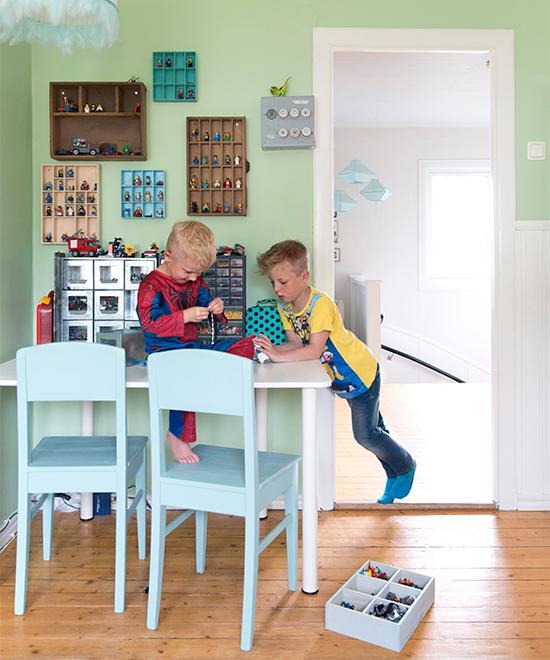 barnens rum finns legot väl organiserat i lådor.