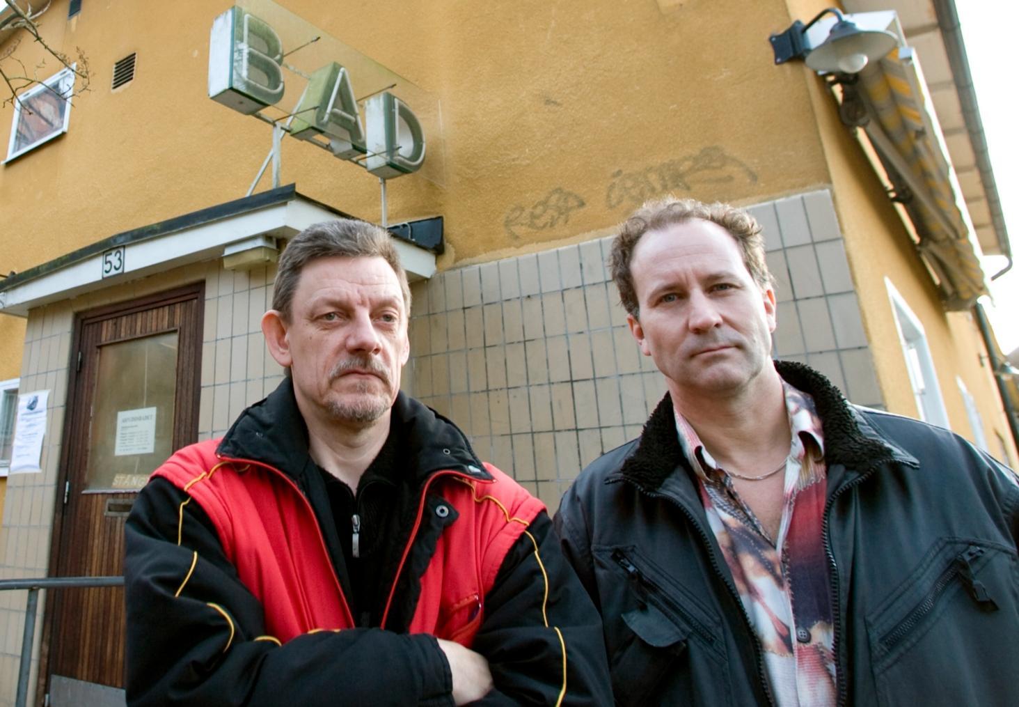 Björn Svensk och Fredrik Gräslund är två av medlemmarna i aktionsgruppen för att bevara badet i Aspudden. De tycker att politikernas rivningsförslag är uppåt väggarna.