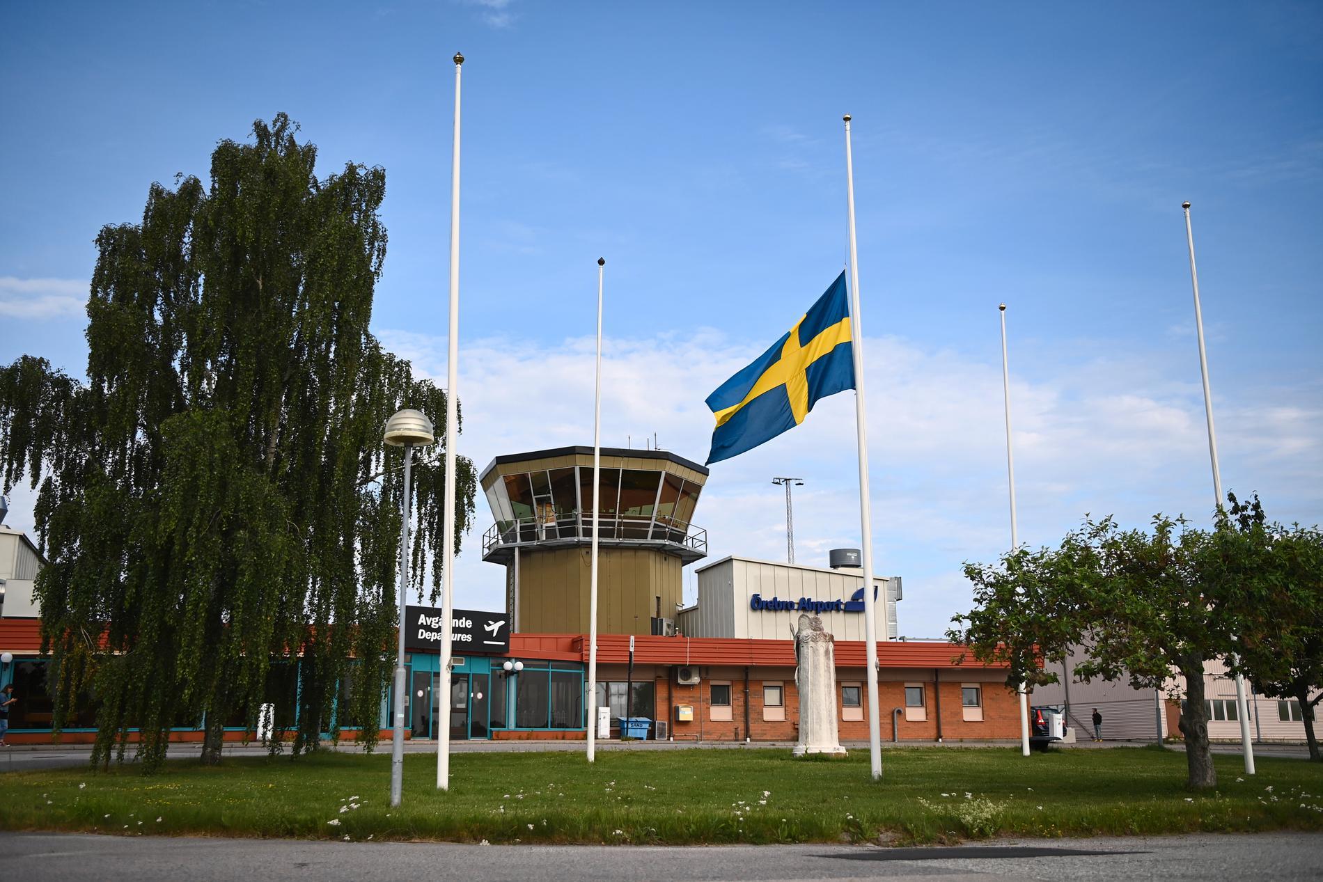 Flaggan på halv stång utanför Örebro flygplats.