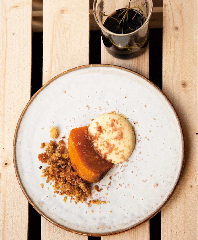 Bjud på bakad kålrot med vitlöksbröd, hollandaise och salami.