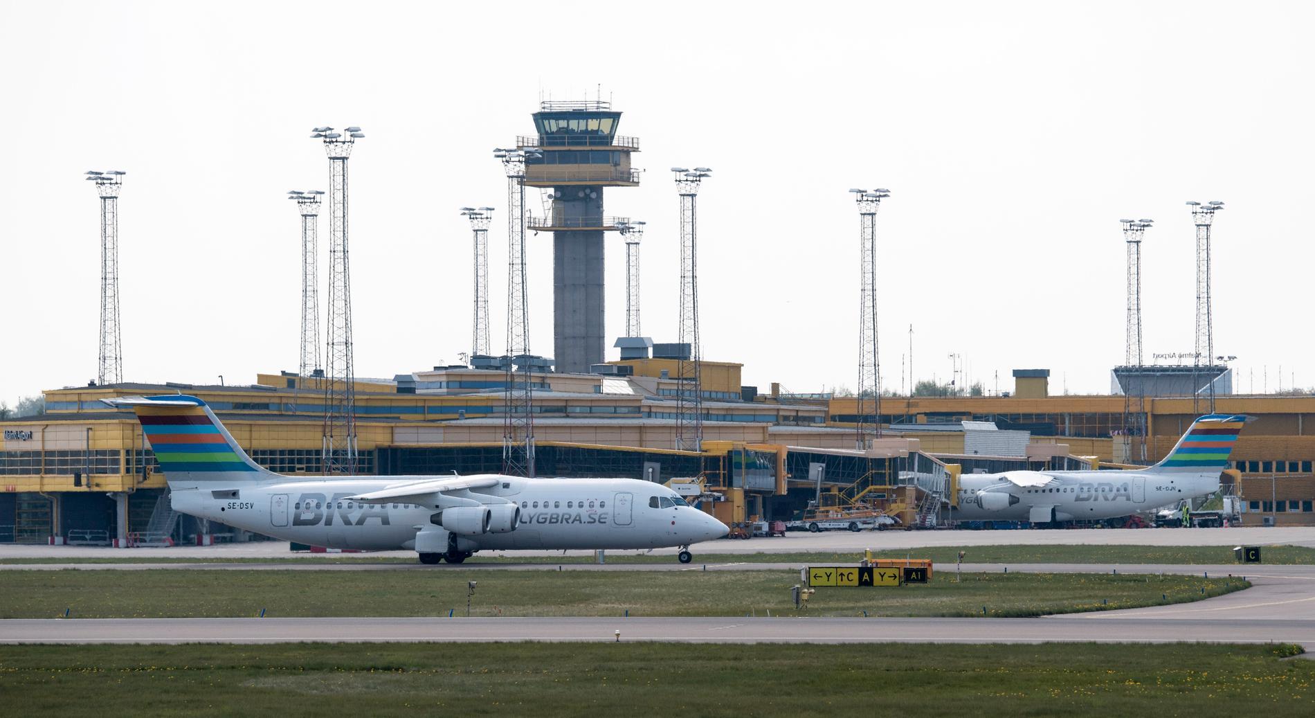 Två flygplan vid terminalen på Malmö Airport. Arkivbild.