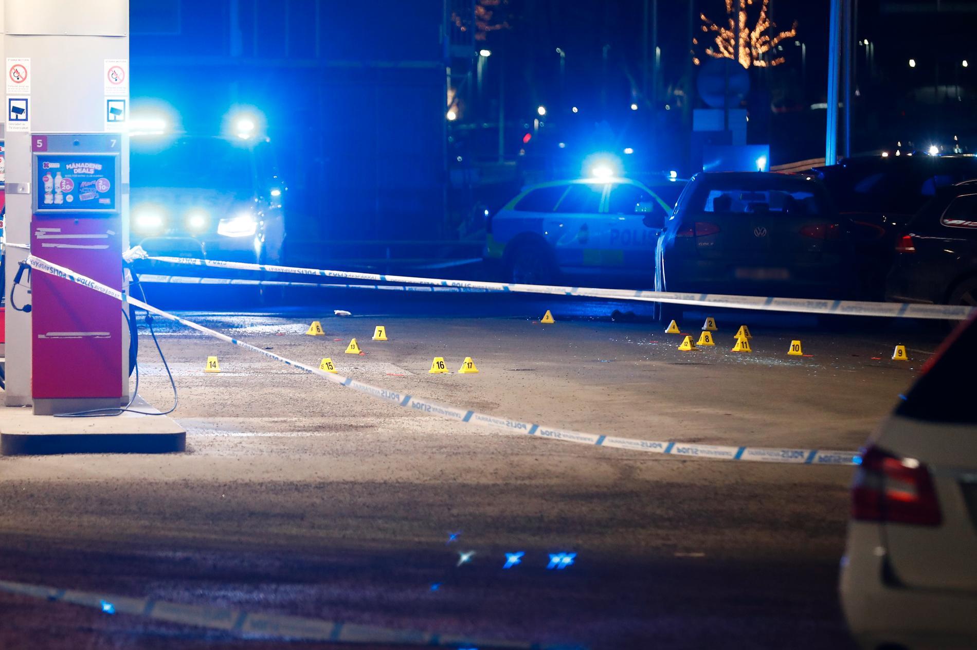 Skjutningen skedde på en bensinmack i Kungens kurva i Stockholm.
