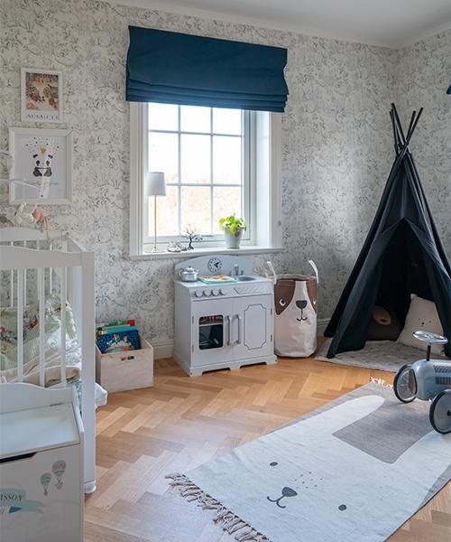 På övre plan finns tillräckligt många sovrum att barnen har var sitt eget rum, även ettåriga Nils. Matta och förvaringskorg, H&M home, tält, Granit, kök, Cloudberry.