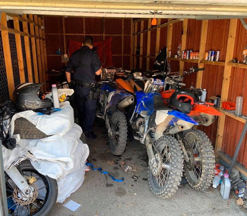 Vid en husrannsakan i slutet av maj beslagtog polisen flera stulna crossmotorcyklar i centrala Upplands-Bro.