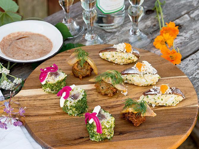 Sushi med svenska smaker. Makirulle med kokt potatis och matjesill.