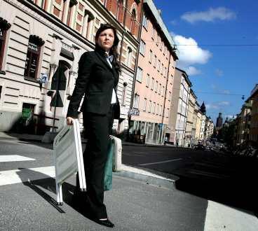 """""""vi är värda lönen"""" Frida Magnusson på Notar i Stockholm tycker att mäklarna är värda rekordlönerna: – Absolut, det går inte att tjäna bra utan nöjda kunder, säger hon."""