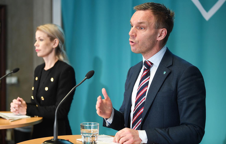 Finansborgarrådet Anna König Jerlmyr (M) och äldre- och trygghetsborgarrådet Erik Slottner (KD) om läget i Stockholms stad på pressträff i april.