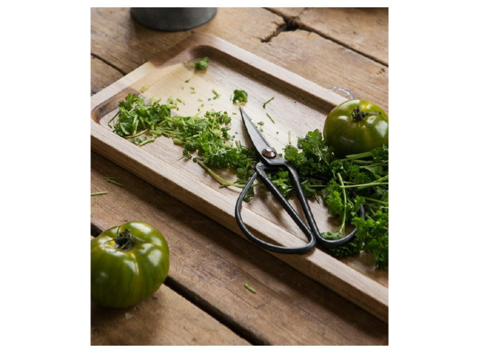 Fyll uteköket med vackra detaljer! Skärbrädan i akaciaträ kommer från Granit och kostar 249 kr.
