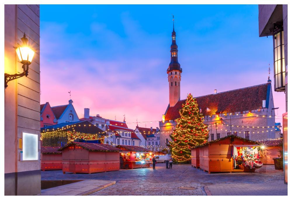 På rådhustorget i Tallinn finns en traditionell julmarknad med hantverk och delikatesser.