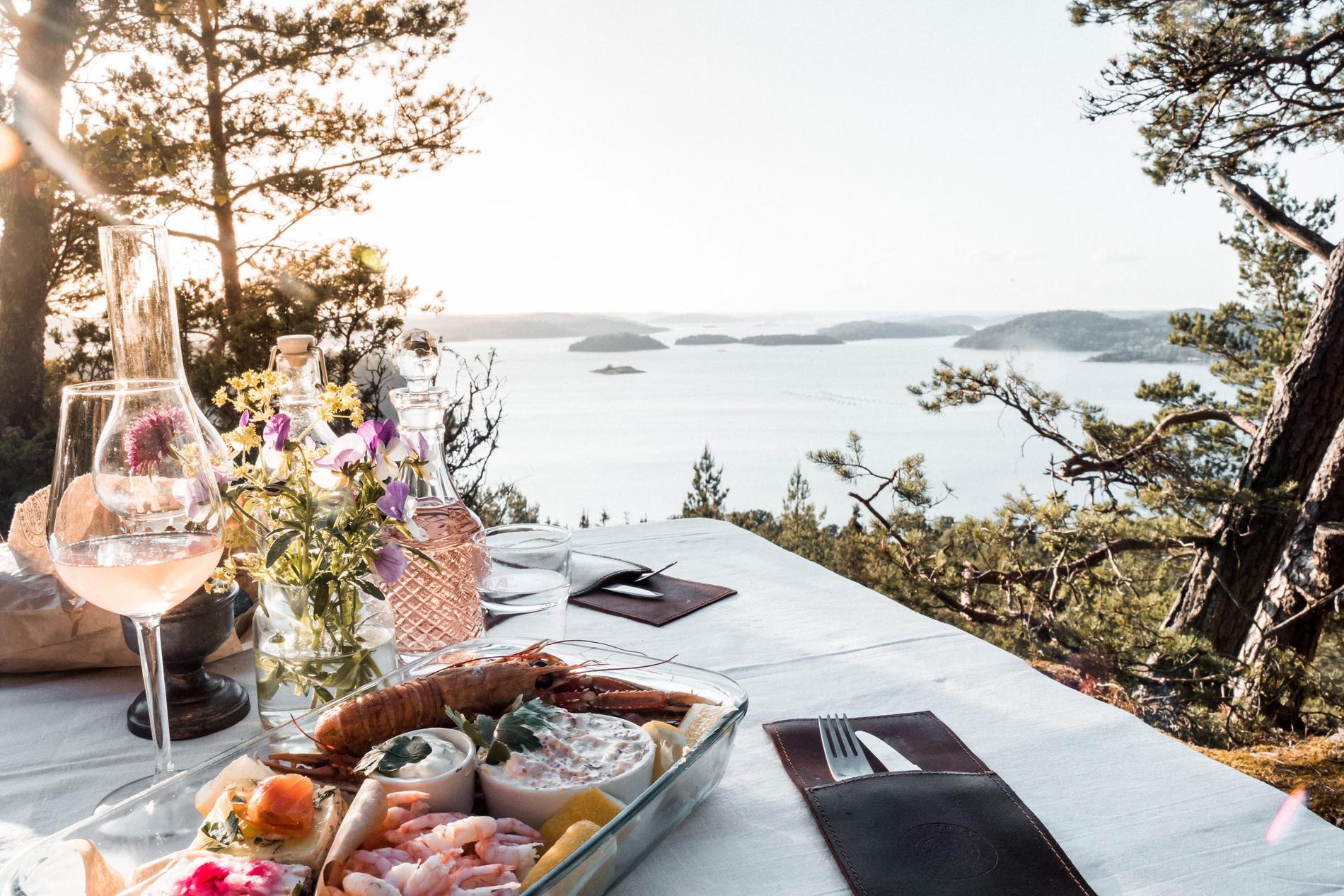 I Ljungskile kan man njuta av utsikten mot Slussen i skärgården.