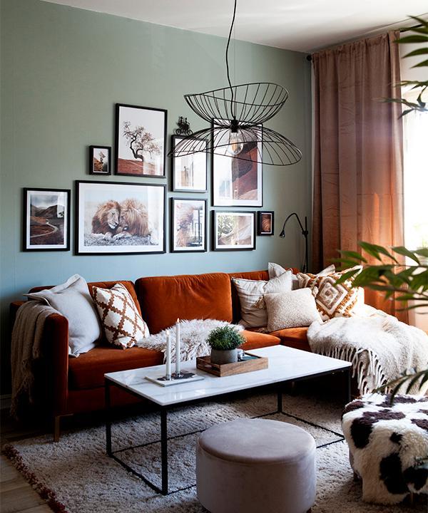 Mustiga färger med svarta detaljer. Taklampa från Globen lightning, kuddar från H&M home, och soffa från Ellos. Matta från Jotex, puff från Netto. Väggen är målad i kulören Morning Haze från Rusta.