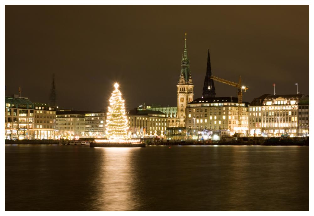 En julmarknad helt i vitt hittar du på Jungfernstieg i Hamburg.