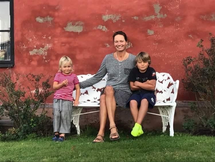 Josefina med sina två barn Jack och Enya.