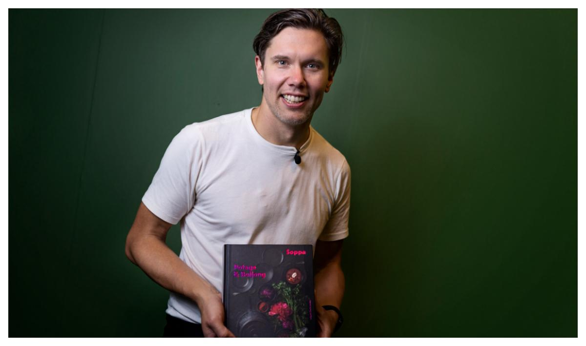 Tommy Myllymäki med sin nya bok Soppa, potage och buljong.