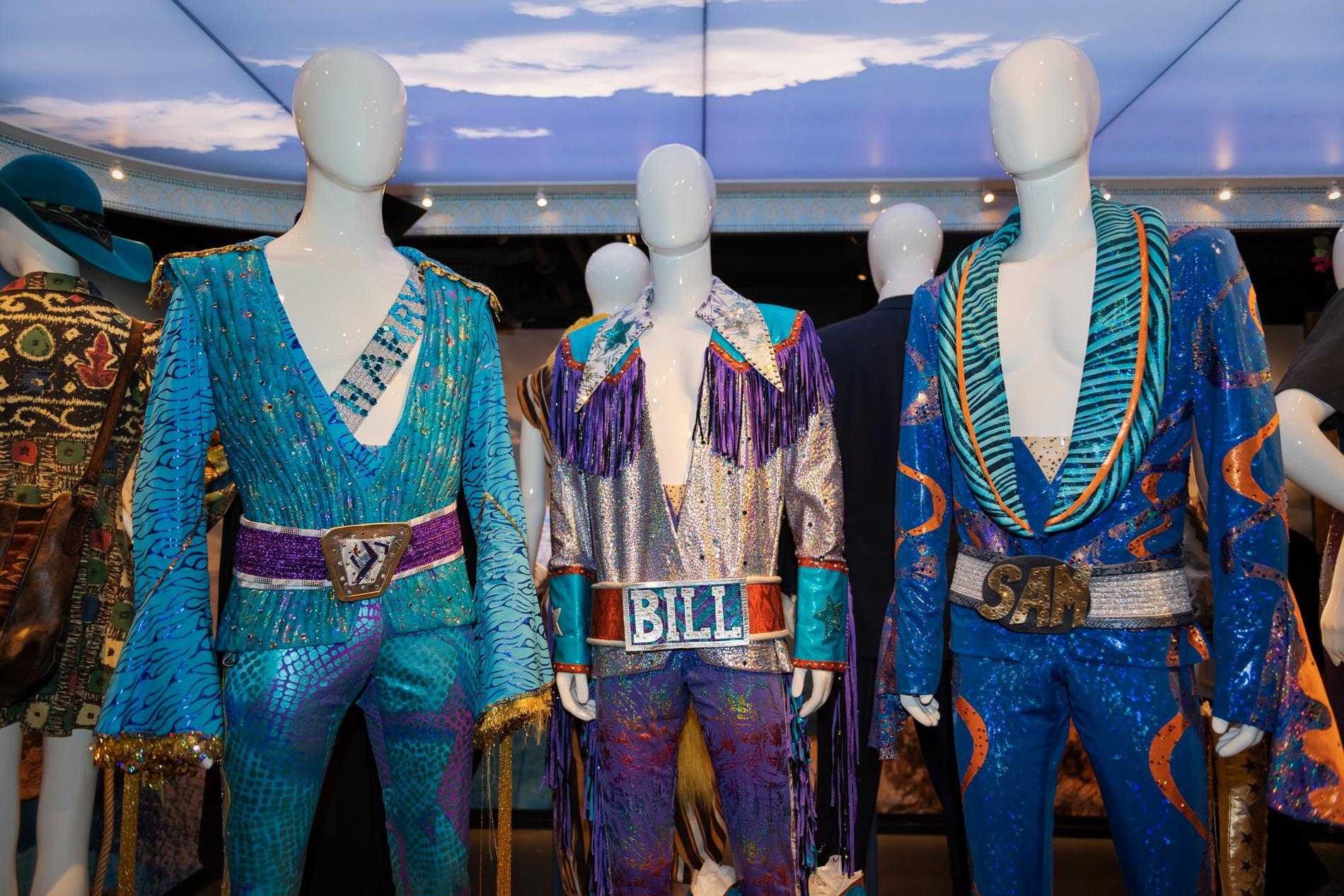"Kostymer från Mamma Mia filmen i utställningen ""Mamma mia! Behind the movie magic""."