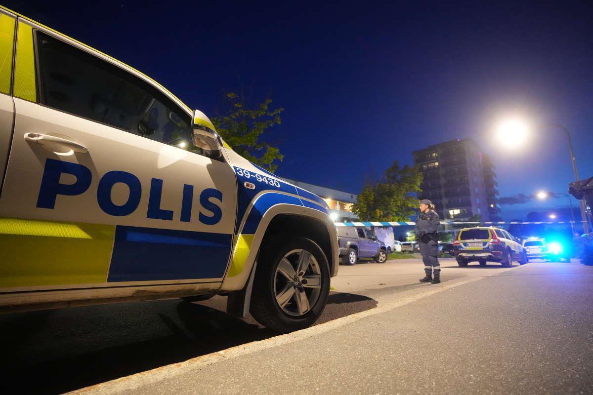 En man hittades skjuten på en parkering under natten till tisdagen.
