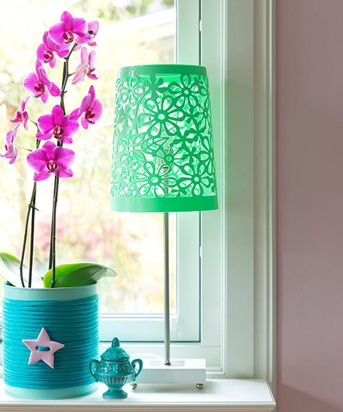 En korg behöver inte alltid användas som en korg i Annas värld utan kan bli till en kul lampskärm istället.