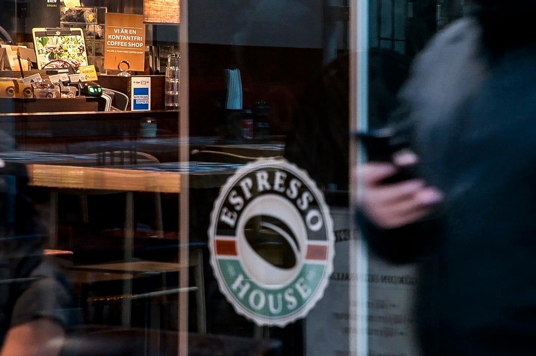 Aftonbladet har i en rad artiklar kunnat berätta om allvarliga arbetsmiljöproblem på Espresso House.