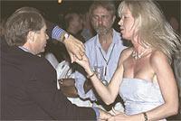 LÄMNAR FAMILJEN FÖR 17 ÅR YNGRE KVINNA Jan Carendi, 60, ledde den amerikanska grenen av Skandia och fick 360 miljoner kronor från bonusprogrammen. Sedan flera år lever han med den 17 år yngre kvinnan Heléne Hellsten (som han dansar med på bilden). I december ansökte direktörens hustru Laura Carendi om skilsmässa – och kräver hälften av pengarna.