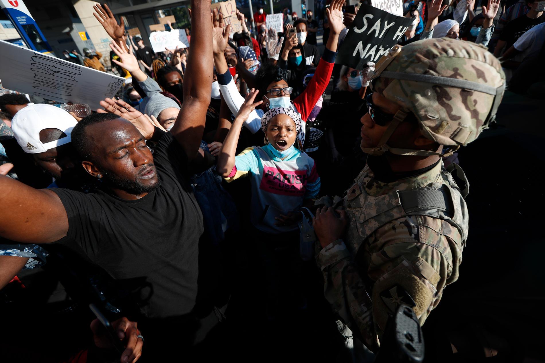 Tusentals poliser har kallats in till tvillingstäderna Minneapolis och Saint Paul där protesterna fortsätter.