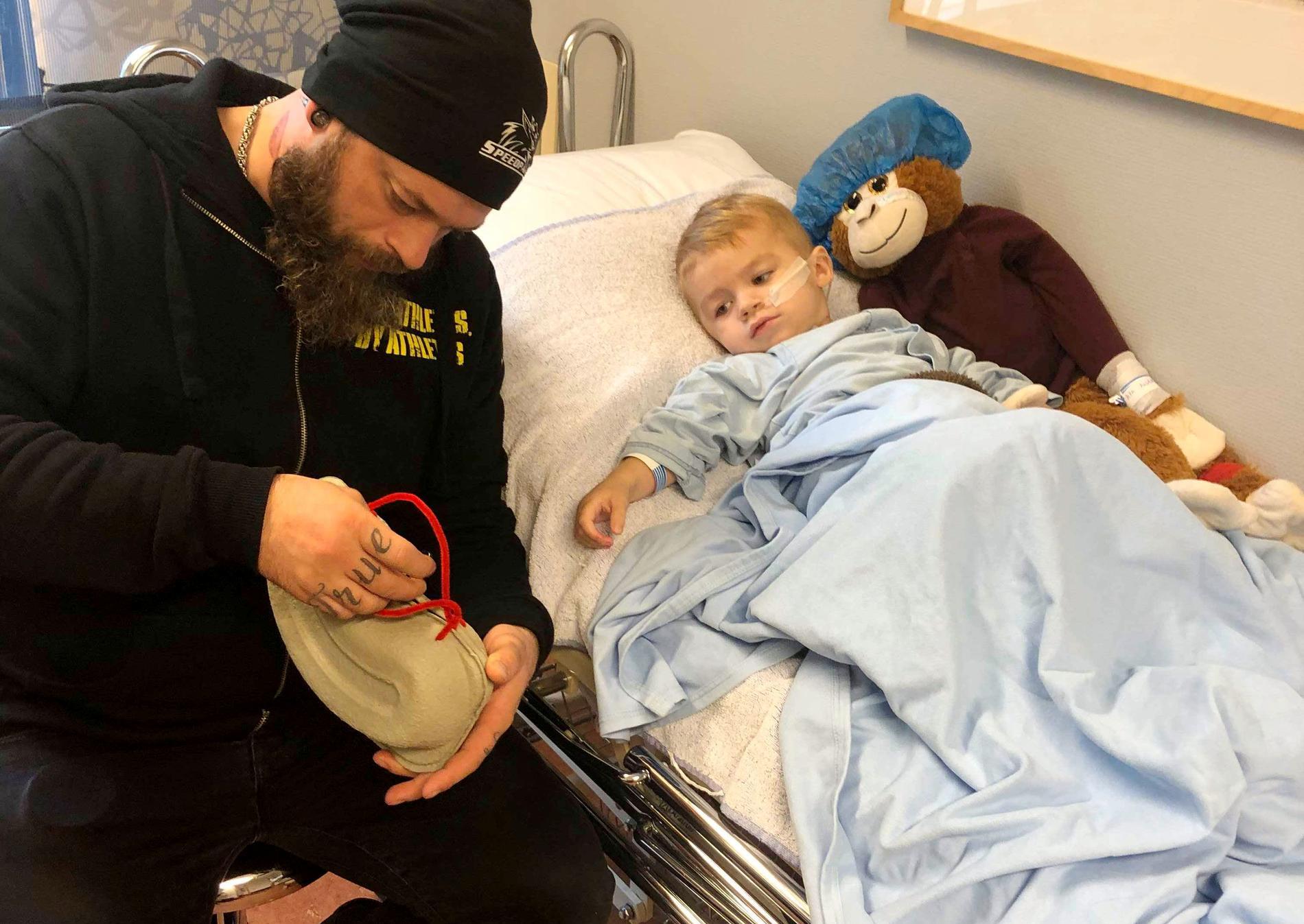 Bastian har varit på ett flertal sjukhusbesök, ändå vet man vad som är fel enligt mamman Helle.