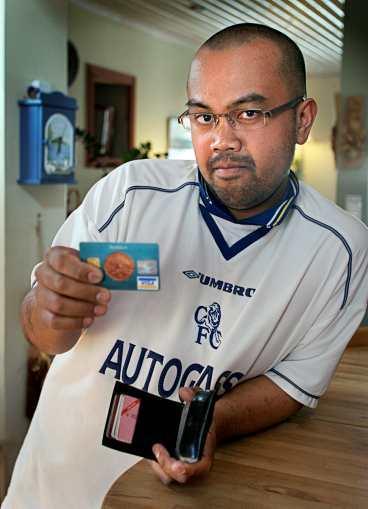 har gått över till kontanter Johan Bylund, 28, fick sitt bankkort länsat på semesterresan till Gran Canaria. Numera betalar han bara med kort på större kedjor.