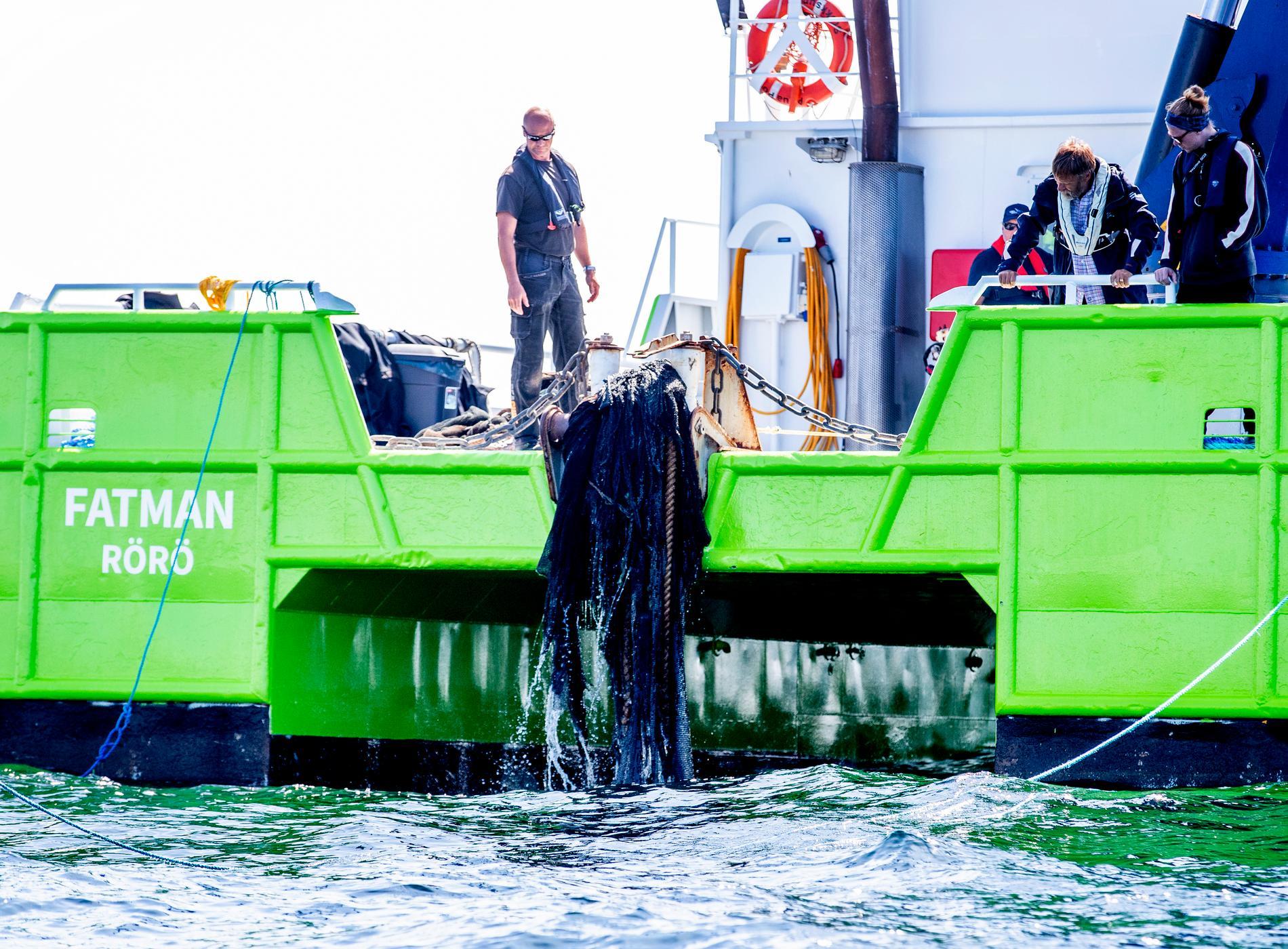Havs- och vattenmyndigheten försöker ta upp en snörpvad (en typ av trål) som sitter fast i vraket.
