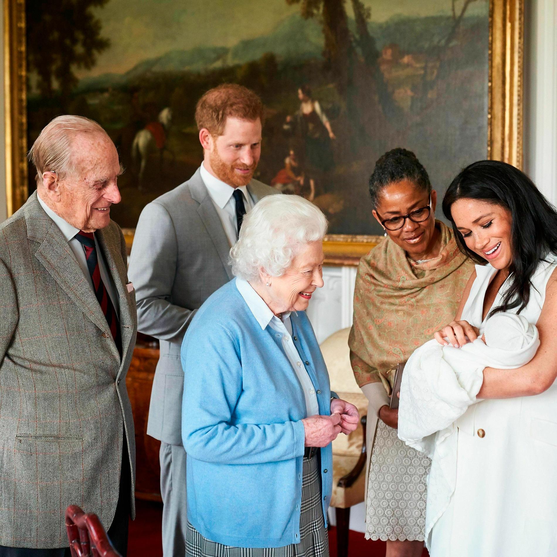 Meghan och Harry visar upp förste sonen för drottning Elizabeth, prins Philip och Meghans mamma Doria.