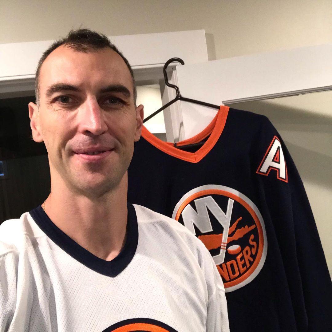 Chara poserar med Islanders-tröjan på sitt Instagram-konto.