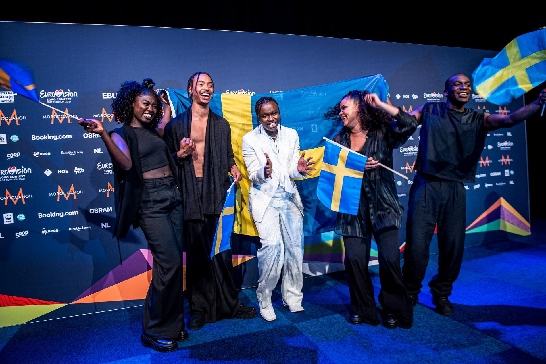 Hoppar av glädje. Tusse med sina dansare Fatou Bah, Lamin Holmén, Keisha von Arnold och Timothy Waliggo Kakeeto.