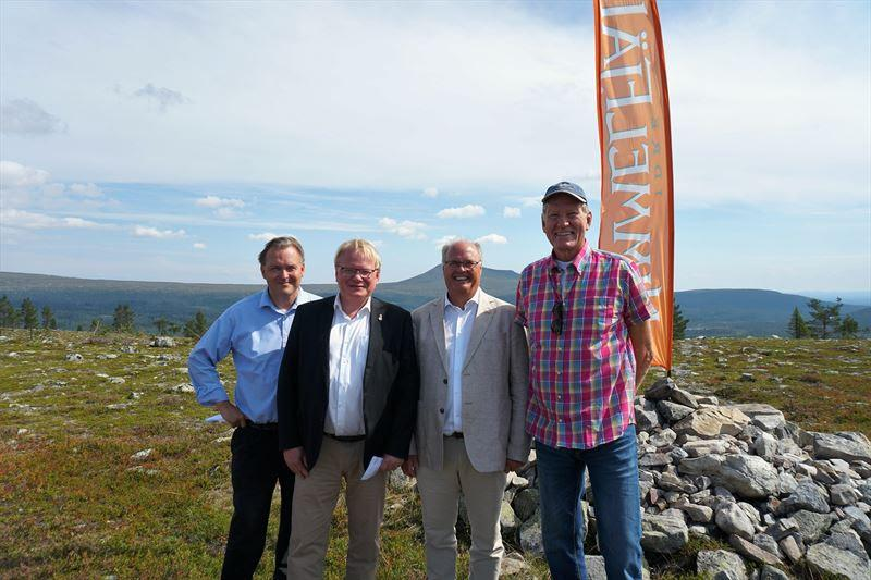 Torbjörn Wallin, vd, Peter Hultqvist, försvarsminister, Peter Egardt, kommunalråd och Staffan Derning, grundare Idre Himmelfjäll sågades första plankan till Idre Himmelfjäll under tisdagen.