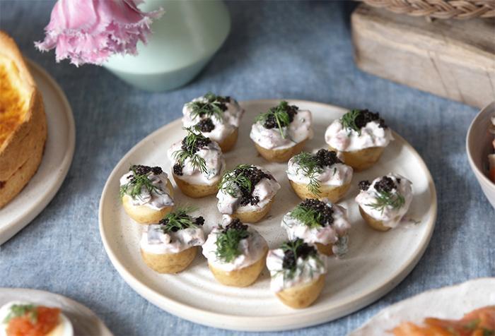 Potatishalvor med matjesröra och svart stenbitsrom.