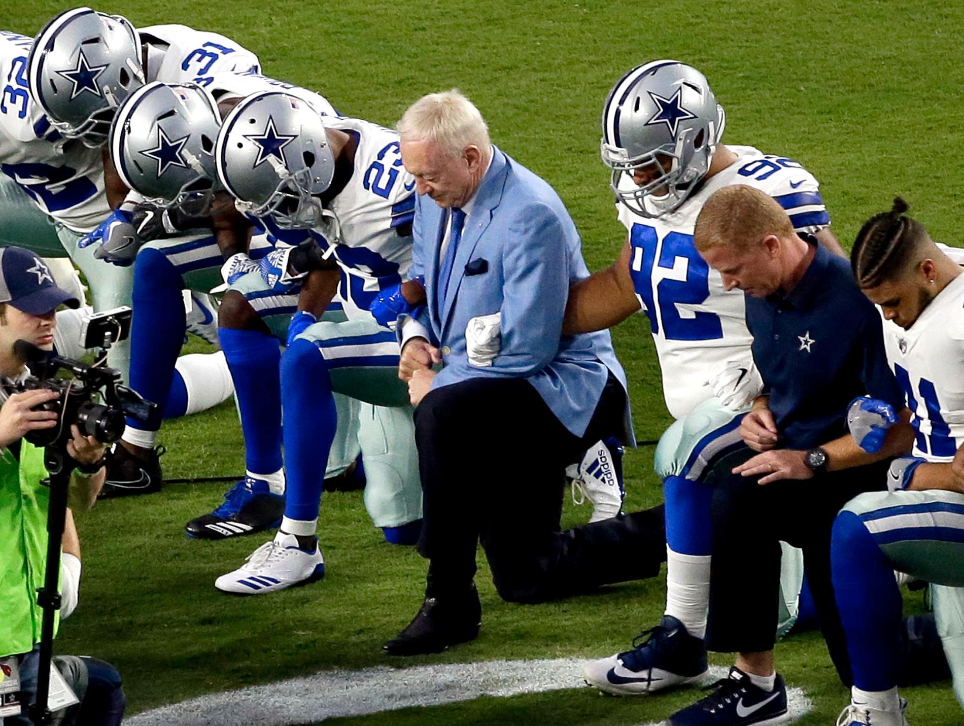 """Jerry Jones, ägare till NFL-laget Dallas Cowboys, deltog i september i år i """"knäprotesterna"""" som retat upp Trump."""