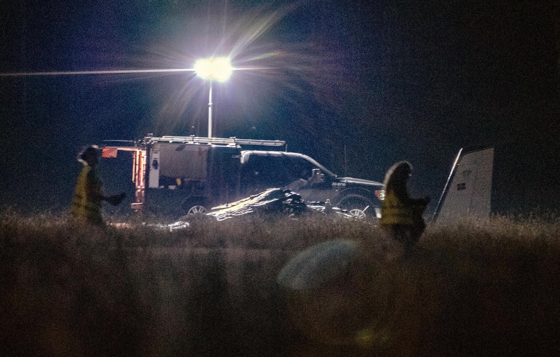 Polisens tekniker vid flygplansvraket i natt.