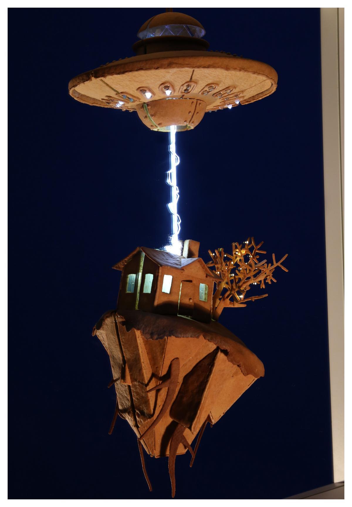 UFO som sliter pepparkakshus ur marken