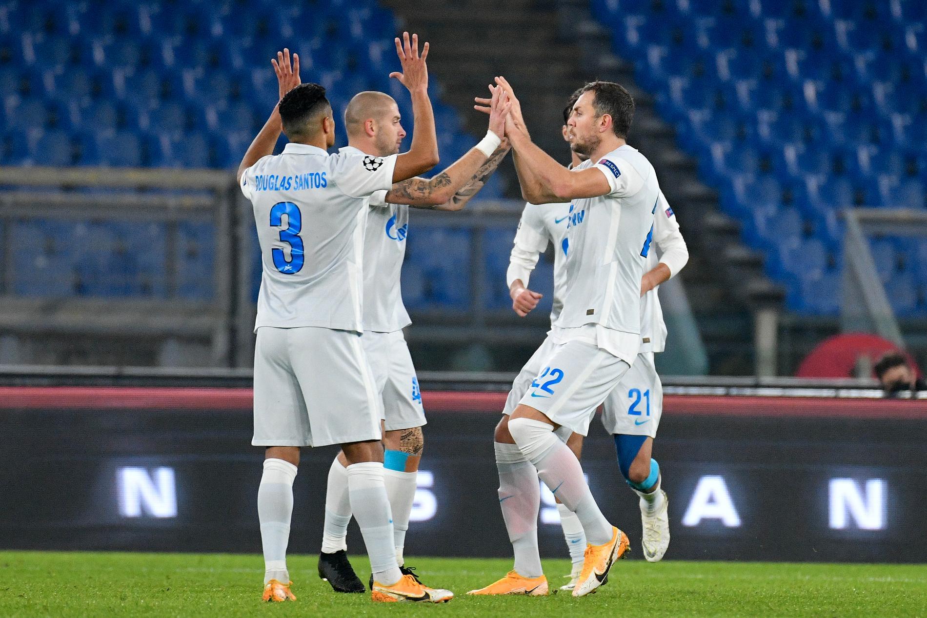 FC Zenitspelare firar mål.