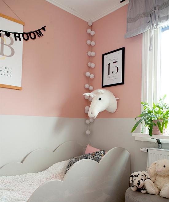 Grått och rosa i Thildes rum. Paret har själva byggt sängen. Sittpuff från Åhléns, enhörning på väggen från Brigbys och födelsedagstavla från Fashionell.