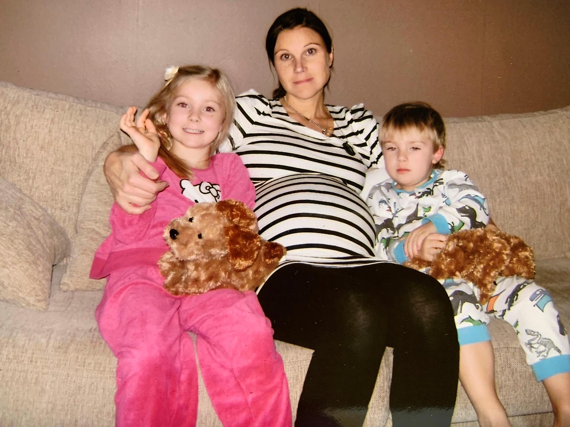 Eva, höggravid, med sina barn efter Henriks död.