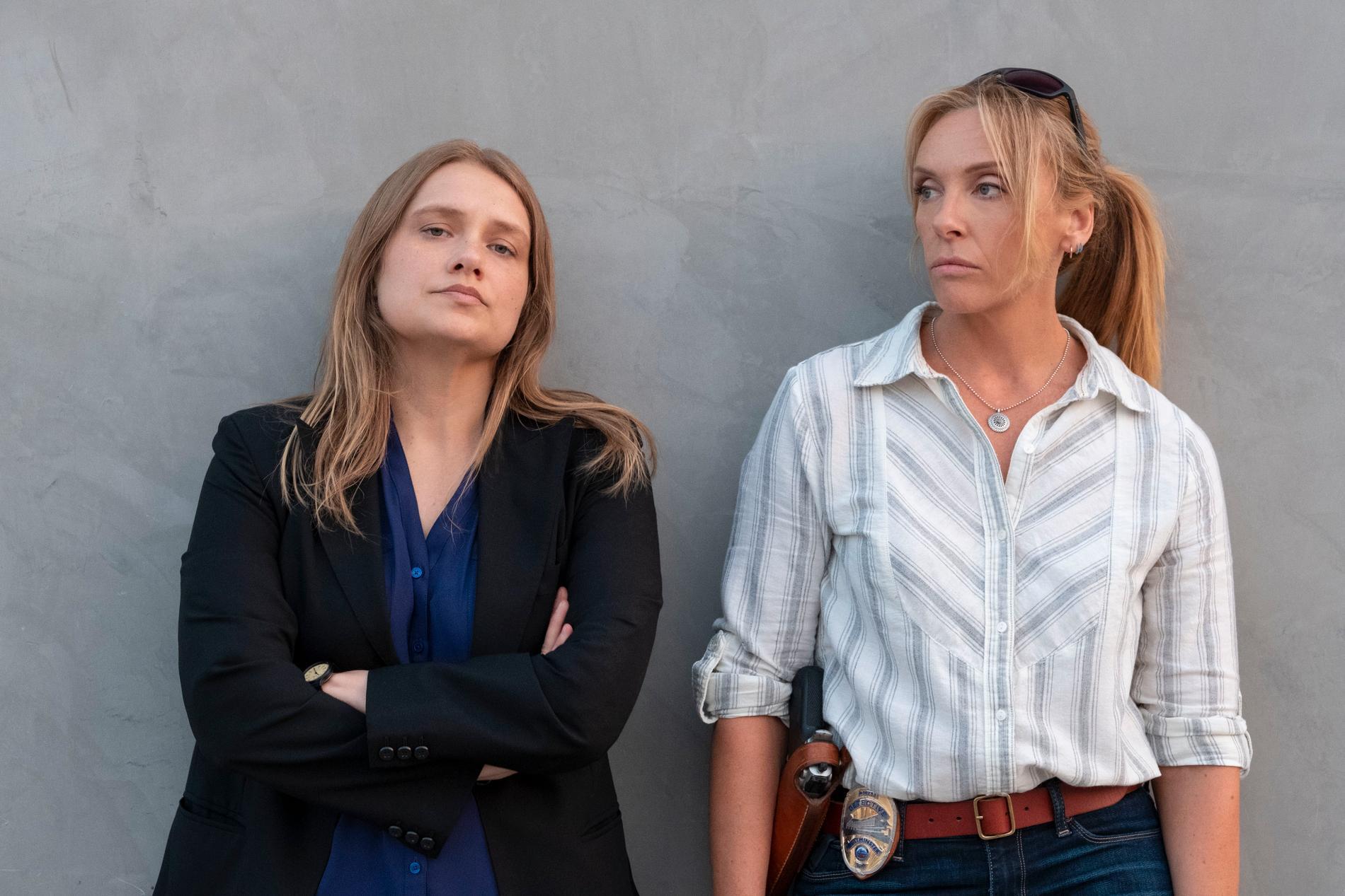 """""""Sistermance"""" mellan Merritt Wever som Karen Duvall och Toni Collette som Grace Rasmussen."""